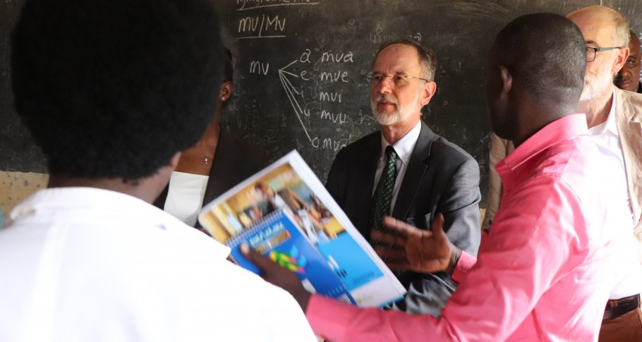 Ambassador Benoit Ryelandt interacts with teachers and school leaders